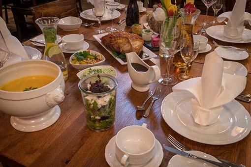 Feiertagsessen: Rübezahl deckt Tisch