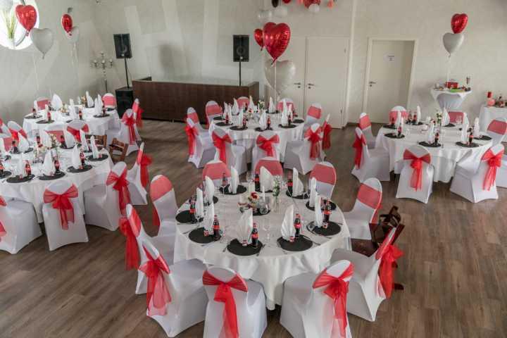 Tische und Stühle für Ihre Hochzeit am See