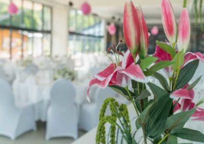 Hochzeit am See in Berlin mit Blumengestecken