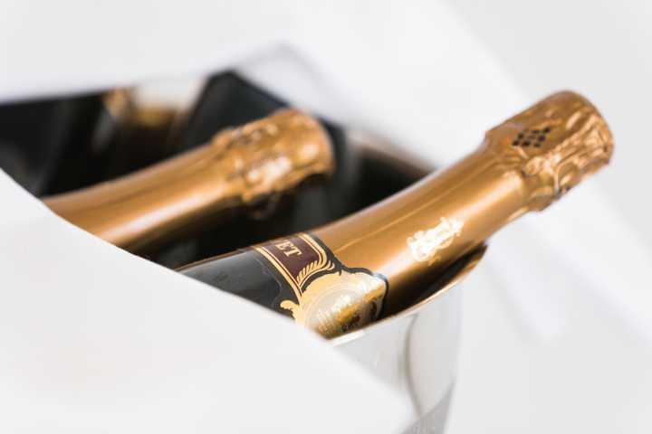 Champagnerflaschen im Kühler