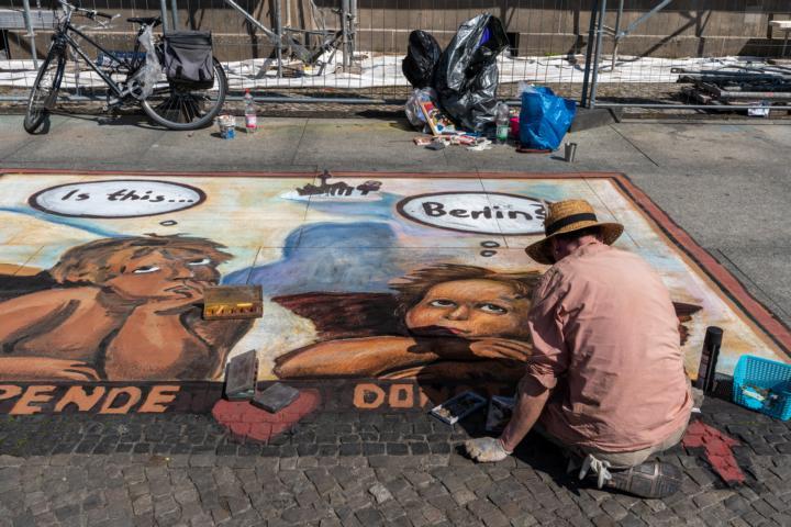 Künstler nahe des Kunstmarktes am Zeughaus
